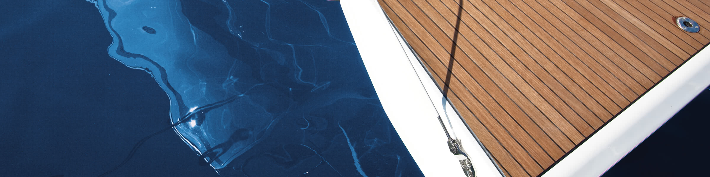 Resistant and non-slip deck coverings