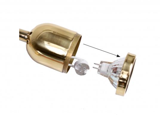Hochwertiger Kajütstrahler aus massivem Messing, hochglanzpoliert. Mit praktischer Funktion: Der Leuchtkopf lässt sich drehen und schwenken –so ist eine genaue Ausrichtung des Lichtes möglich.  (Bild 8 von 9)