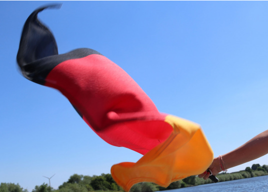 Germany flags made of sturdy, UV-resistant polyester. Can be washed at 95°C. Available in different sizes.  (Imagen 5 de 7)