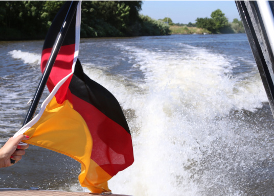 Germany flags made of sturdy, UV-resistant polyester. Can be washed at 95°C. Available in different sizes.  (Imagen 4 de 7)