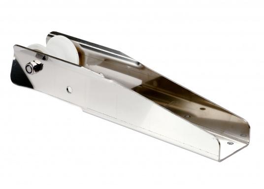 Stabile Bugrolle aus rostfreiem Edelstahl, poliert. Geeignet für Anker bis maximal 16 kg. Materialstärke 3 mm.  (Bild 2 von 2)