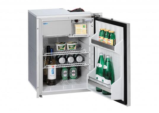 Exklusive Kühlschrankserie mit Türen und Innendetails aus rostfreiem Edelstahl. Die Türen verfügen über eingelassene Verschlüsse und sind bündig mit den Montagerahmen.