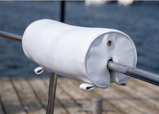 Rundkissen aus Schaumstoff, bezogen mit hochwertigem Skai-Kunstleder. Einfache Montage ohne Bohren. Kann über dieSchlaufen am Relingsrohr/-draht, Bug- oder Heckkorb, zum Beispiel mithilfe von Tauwerk, befestigt werden. Länge: 55 cm, Durchmesser: 15 cm.  (Bild 3 von 8)