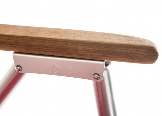 Stabil, korrosionsfest, praktisch zusammenklappbar und natürlich mit hohem Sitzkomfort! Decksstuhl aus solidem, seewasserbeständigem Alurohr mit Armlehnen aus Holz. (Bild 5 von 5)