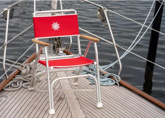 Stabil, korrosionsfest, praktisch zusammenklappbar und natürlich mit hohem Sitzkomfort! Decksstuhl aus solidem, seewasserbeständigem Alurohr mit Armlehnen aus Holz. (Bild 3 von 5)