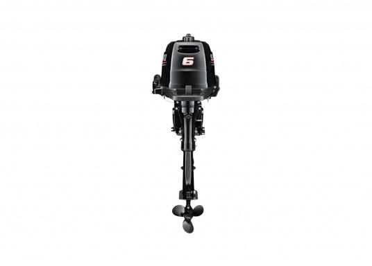 Der Außenborder DF 6A Svon SUZUKI bietet die hervorragende Energie und die Leistung.Der Betrieb ist angenehm benutzerfreundlich und die digitale Zündung gewährleistet einen gleichmäßigen Motorlauf. Der ideale Bootsmotor.  (Bild 2 von 5)