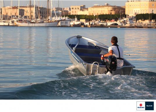 Der Außenborder DF 6A Svon SUZUKI bietet die hervorragende Energie und die Leistung.Der Betrieb ist angenehm benutzerfreundlich und die digitale Zündung gewährleistet einen gleichmäßigen Motorlauf. Der ideale Bootsmotor.  (Bild 4 von 5)