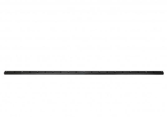 Schienen fürGenuaschlitten oder Großschot -Traveller.Die Schiene Typ Beam kommt bei freitragenden Konstruktionen zur Anwendung, die gebohrten Schienen werden üblicherweise eingesetzt. (Bild 5 von 6)