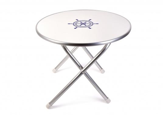 Stabil und schick! Der klappbare Deckstisch ist mit einer Tischplatte mit hochwertiger Melamin-Beschichtung und maritimem Dekor ausgestattet. Lieferbar in verschiedenen Größen und Formen.