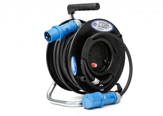 Ideal for outdoor use, thanks to a thick insulation and the low weight of 4.5 kg. The high-quality CEE cable drum is equipped with a 25 m cable, CEE plug and CEE coupler, equipped with 1.20 m supply line.