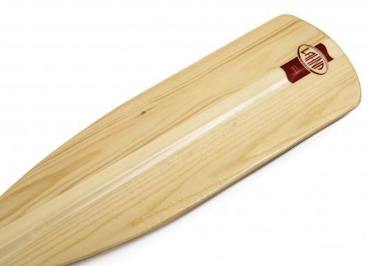 Qualitätspaddel mit Palmgriff aus laminiertem Kiefernholz. 2-fach lackiert. Die Blattspitze ist durch einen querverleimten Holzeinsatz verstärkt. Erhältlich in verschiedenen Längen.  (Bild 2 von 3)