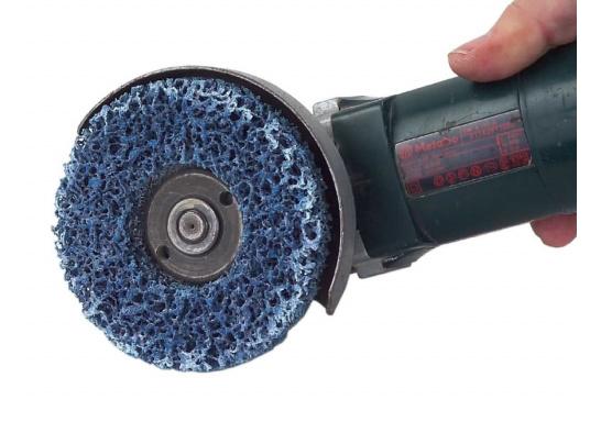Sandstrahlen ohne Sand: DieScotch-Brite Clean & Stripe Grobreinigungsscheibeeignetsich ideal zum Reinigen von Schweißnähten, zum Entrosten und zum Entfernen von Beschichtungen aller Art. Ausführung: weich.  (Bild 2 von 2)