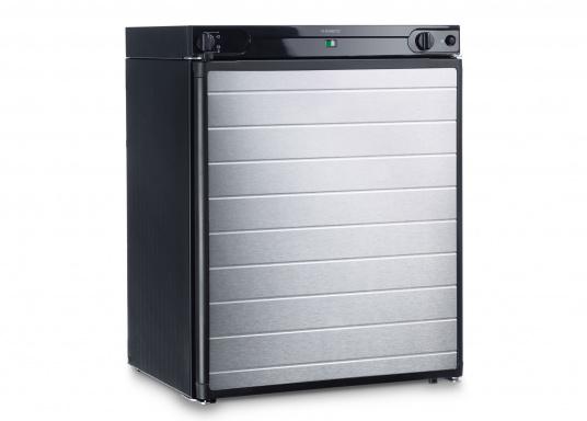 Leistungsstarker Kühlschrank mit 61 Liter Kühlinhalt, geeignet für den Betrieb mit 12 Volt, 230 Volt oder Gas. Durchdachte Details wie eine Flaschenablage runden das Bild ab.  (Bild 2 von 3)