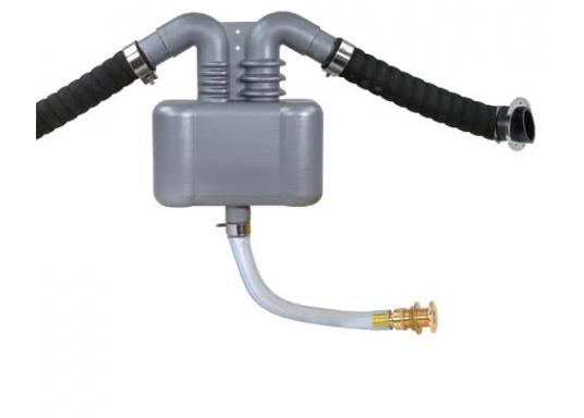 Endlich Ruhe im Hafen, auch bei laufendem Generator. Der Abgas-Wasser-Abscheider für Generatoren sorgt für eine erhebliche Schalldämmung.Erhältlich für 2,5 Liter und für 4,5 Liter Fassungsvermögen.  (Bild 5 von 5)