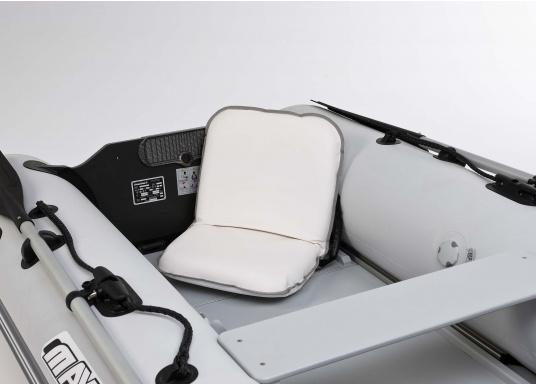 Mobiler Sitzkomfort an Bord, beim Camping, am Strand und im Garten. Der Comfort Seat bietet Sitzkomfort in 6 Positionen: vom aufrechten Sitzen bis zum entspannten Liegen. Erhältlich in Dunkelblau und Blau-Weiß gestreift. (Bild 3 von 6)