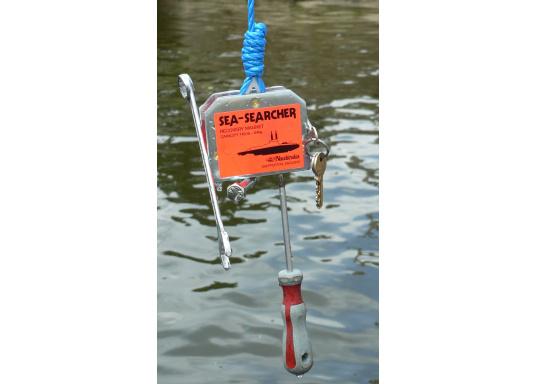 Ihnen ist ein Schlüssel ins Wasser gefallen? Kein Problem für den SEA SEARCHER: Der Suchmagnet holt versunkene Stahlteile wie Werkzeuge, Schlüssel oder ähnliches mühelos aus dem Wasser. (Bild 3 von 3)