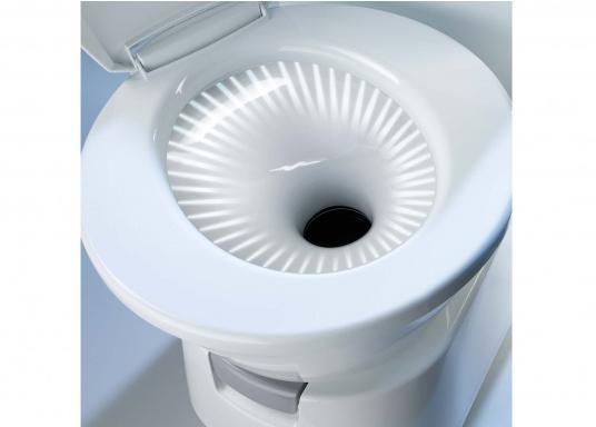 Komfort wie zu Hause! Die leichtgewichtigeKeramiktoilette bietet mehr Bewegungsfreiheit. Der Sitz lässt ichin beide Richtungenum bis zu 90° verstellen. Erhältlich mit oder ohne 7 Liter Tank. (Bild 4 von 6)