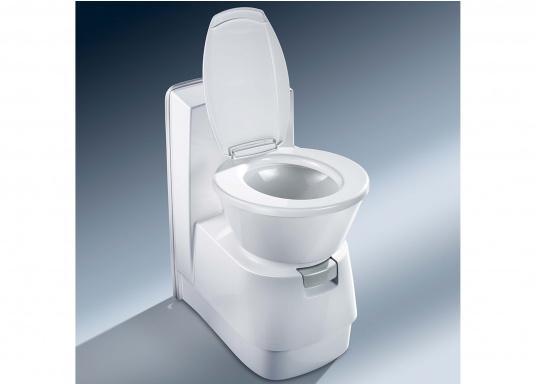 Komfort wie zu Hause! Die leichtgewichtigeKeramiktoilette bietet mehr Bewegungsfreiheit. Der Sitz lässt ichin beide Richtungenum bis zu 90° verstellen. Erhältlich mit oder ohne 7 Liter Tank. (Bild 2 von 6)
