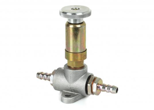 Robuste Handförderpumpe zum Befüllen und Entlüften der Leitung zwischen Tank und Motor. Mit der Diesel-Handförderpumpe vermeiden Sie, dass Ihr Motor Luft ansaugt.