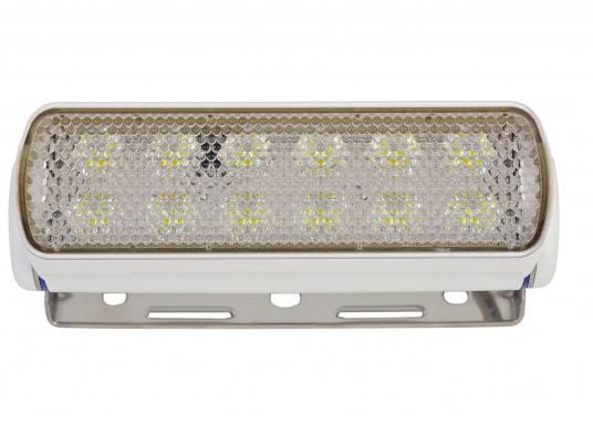 Der breitstrahlende, mit Präzisionsoptik ausgestattete LED Scheinwerfer eignet sich besonders für den Einsatz im Nahbereich, in Cockpits und auf Deck. Erbietet eine beachtliche Lichtstärke bei sehr geringer Leistungsaufnahme. (Bild 2 von 8)
