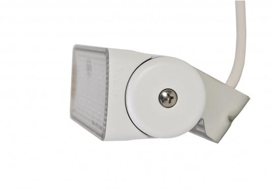 Der breitstrahlende, mit Präzisionsoptik ausgestattete LED Scheinwerfer eignet sich besonders für den Einsatz im Nahbereich, in Cockpits und auf Deck. Erbietet eine beachtliche Lichtstärke bei sehr geringer Leistungsaufnahme. (Bild 5 von 8)