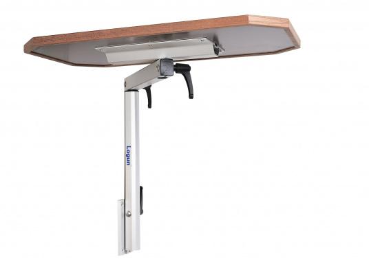 Eine praktische Lösung! Diese Konstruktion bietet variable Möglichkeiten: Der Tisch lässt sich heben und senken und ist dreh- und schwenkbar. Er ist platzsparend und leicht zu montieren. Erhältlich in verschiedenen Ausführungen.  (Bild 3 von 7)