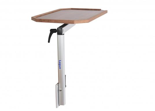 Eine praktische Lösung! Diese Konstruktion bietet variable Möglichkeiten: Der Tisch lässt sich heben und senken und ist dreh- und schwenkbar. Er ist platzsparend und leicht zu montieren. Erhältlich in verschiedenen Ausführungen.  (Bild 2 von 7)