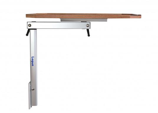 Eine praktische Lösung! Diese Konstruktion bietet variable Möglichkeiten: Der Tisch lässt sich heben und senken und ist dreh- und schwenkbar. Er ist platzsparend und leicht zu montieren. Erhältlich in verschiedenen Ausführungen.  (Bild 4 von 7)