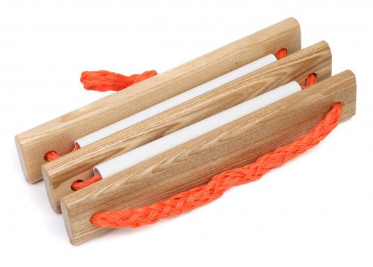 Pratique, légère et particulièrement stable! Cette échelle à corde avec marches en bois peut également être rangée dans un petit espace. Disponible en deux versions: avec 3 ou 4 marches.  (Image 4 de 6)