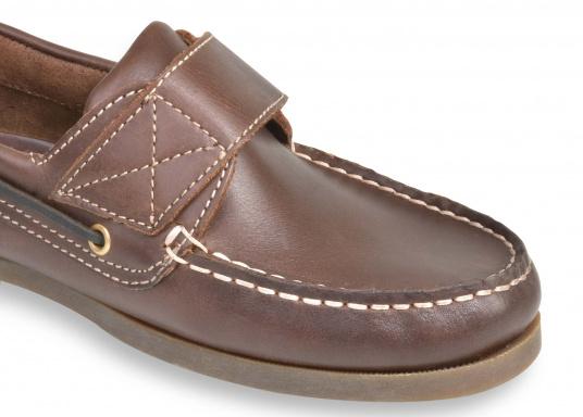 Schluss mit lästigem Schnüren – der Klettverschluss ermöglicht ein einfaches An- und Ausziehen. Der Schuh ist aus strapazierfähigem Glattleder gefertigt und bietet hohe Bequemlichkeit.  (Bild 5 von 8)