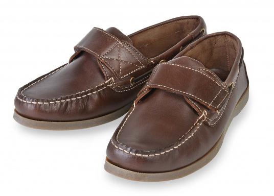 Schluss mit lästigem Schnüren – der Klettverschluss ermöglicht ein einfaches An- und Ausziehen. Der Schuh ist aus strapazierfähigem Glattleder gefertigt und bietet hohe Bequemlichkeit.