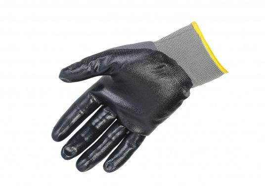 Schutzhandschuh mit praktischer und bequemer, eng anliegender Form. Er bietet hohen Tragekomfort und ein gutes Tastempfinden. Aufgrund der Nitribeschichtung ist der Handschuh auch fürdie Arbeit mit Fetten geeignet. (Bild 2 von 2)