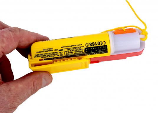 Ein Muss für jeden sicherheitsbewussten Wassersportler! Der SafeLink R10 ist ein kompakter Notfallsender, der am Mann getragen wird. Er ist sofort einsatzbereit, bietet einen integrierten GPS-Empfänger, ist wasserdicht und schwimmfähig. (Bild 8 von 8)