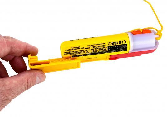 Ein Muss für jeden sicherheitsbewussten Wassersportler! Der SafeLink R10 ist ein kompakter Notfallsender, der am Mann getragen wird. Er ist sofort einsatzbereit, bietet einen integrierten GPS-Empfänger, ist wasserdicht und schwimmfähig. (Bild 7 von 8)