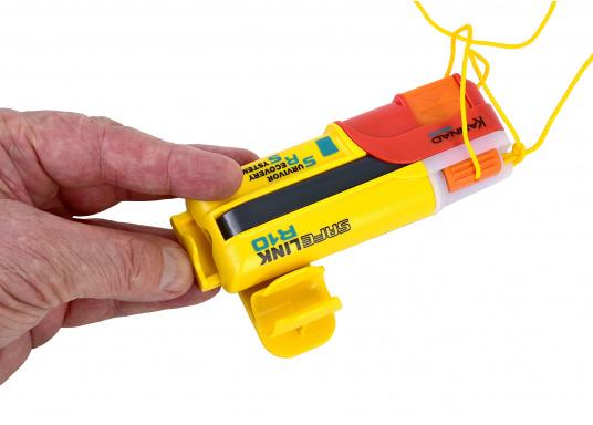 Ein Muss für jeden sicherheitsbewussten Wassersportler! Der SafeLink R10 ist ein kompakter Notfallsender, der am Mann getragen wird. Er ist sofort einsatzbereit, bietet einen integrierten GPS-Empfänger, ist wasserdicht und schwimmfähig. (Bild 5 von 8)
