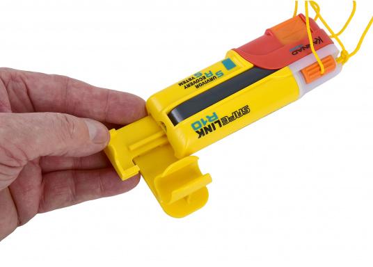 Ein Muss für jeden sicherheitsbewussten Wassersportler! Der SafeLink R10 ist ein kompakter Notfallsender, der am Mann getragen wird. Er ist sofort einsatzbereit, bietet einen integrierten GPS-Empfänger, ist wasserdicht und schwimmfähig. (Bild 4 von 8)