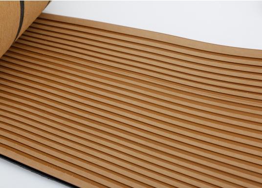 Elegant und technisch hochwertig! Der flexible Teakoptik Deckbelag kann auf Kunststoff-, Stahl- und Holzoberflächen eingesetzt werden. Er ist langlebig, vollständig UV-stabilisiert und besonders rutschfest.  (Bild 36 von 60)