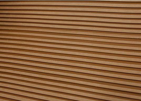Elegant und technisch hochwertig! Der flexible Teakoptik Deckbelag kann auf Kunststoff-, Stahl- und Holzoberflächen eingesetzt werden. Er ist langlebig, vollständig UV-stabilisiert und besonders rutschfest.  (Bild 37 von 60)