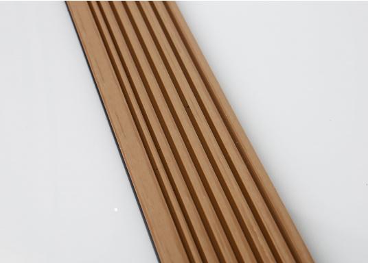 Elegant und technisch hochwertig! Der flexible Teakoptik Deckbelag kann auf Kunststoff-, Stahl- und Holzoberflächen eingesetzt werden. Er ist langlebig, vollständig UV-stabilisiert und besonders rutschfest.  (Bild 48 von 60)