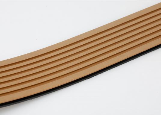 Elegant und technisch hochwertig! Der flexible Teakoptik Deckbelag kann auf Kunststoff-, Stahl- und Holzoberflächen eingesetzt werden. Er ist langlebig, vollständig UV-stabilisiert und besonders rutschfest.  (Bild 52 von 60)