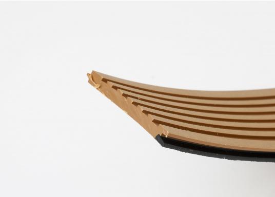 Elegant und technisch hochwertig! Der flexible Teakoptik Deckbelag kann auf Kunststoff-, Stahl- und Holzoberflächen eingesetzt werden. Er ist langlebig, vollständig UV-stabilisiert und besonders rutschfest.  (Bild 55 von 60)