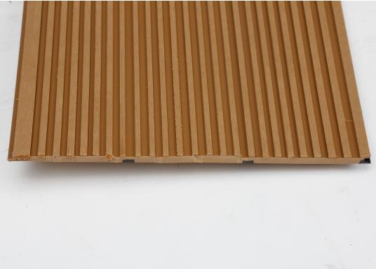 Elegant und technisch hochwertig! Der flexible Teakoptik Deckbelag kann auf Kunststoff-, Stahl- und Holzoberflächen eingesetzt werden. Er ist langlebig, vollständig UV-stabilisiert und besonders rutschfest.  (Bild 57 von 60)