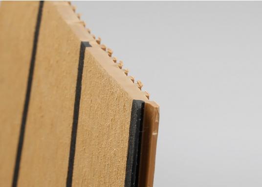 Elegant und technisch hochwertig! Der flexible Teakoptik Deckbelag kann auf Kunststoff-, Stahl- und Holzoberflächen eingesetzt werden. Er ist langlebig, vollständig UV-stabilisiert und besonders rutschfest.  (Bild 58 von 60)