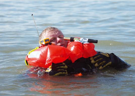 Derzeit weltweit der kleinste Seenotsender am Markt! Er passt bequem in jede Rettungsweste und kann einfach per Knopfdruck mit einer Hand aktiviert werden. Sofort wird Ihre Position üebrtragen und eine schnelle Rettung ist sichergestellt.  (Bild 4 von 5)