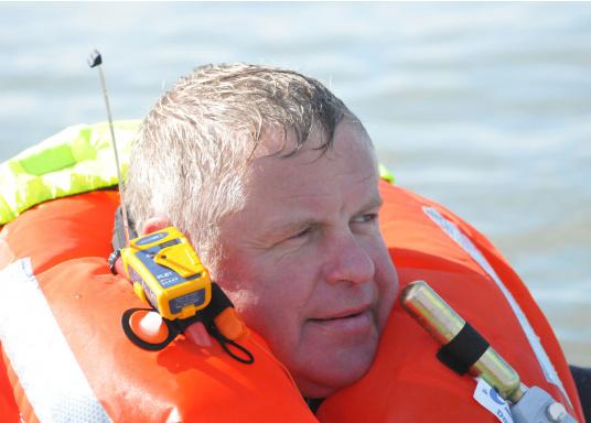 Derzeit weltweit der kleinste Seenotsender am Markt! Er passt bequem in jede Rettungsweste und kann einfach per Knopfdruck mit einer Hand aktiviert werden. Sofort wird Ihre Position üebrtragen und eine schnelle Rettung ist sichergestellt.  (Bild 5 von 5)