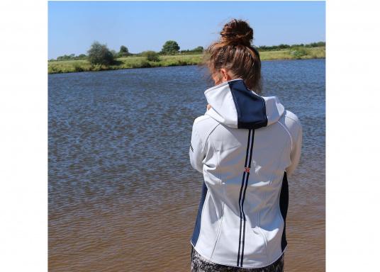 Superschicke Softshell Jacke– der ideale Begleiter für IhreOutdoorAktivitäten! Hochwertiges, erstklassig verarbeitetes, absolut winddichtes, atmungsaktives und wasserabweisendes Material. Weiches Fleece Innenfutter für angenehmes Tragegefühl.  (Bild 9 von 12)