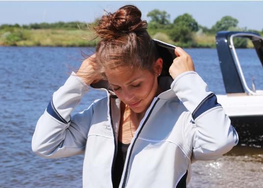Superschicke Softshell Jacke– der ideale Begleiter für IhreOutdoorAktivitäten! Hochwertiges, erstklassig verarbeitetes, absolut winddichtes, atmungsaktives und wasserabweisendes Material. Weiches Fleece Innenfutter für angenehmes Tragegefühl.  (Bild 4 von 12)