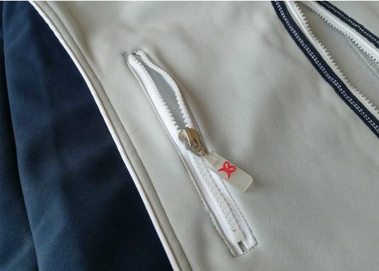Superschicke Softshell Jacke– der ideale Begleiter für IhreOutdoorAktivitäten! Hochwertiges, erstklassig verarbeitetes, absolut winddichtes, atmungsaktives und wasserabweisendes Material. Weiches Fleece Innenfutter für angenehmes Tragegefühl.  (Bild 12 von 12)