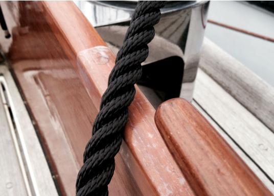Idealer Scheuerschutz!Diese widerstandsfähige selbstklebende Folie verhindert eine Beschädigung des Gel Coats an den Stellen, wo Tauwerk regelmäßig schleift (z.B. in der Nähe von Klampen oderWinschen). (Bild 3 von 4)