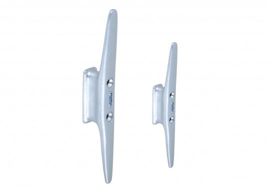 Besonders solide Mast-Klampen aus Aluminium, silber eloxiertem. Ausgestattet mit zwei Befestigungslöchern. Erhältlich in veschiedenen Größen.